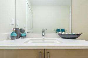 een opgeruimde badkamer grijs met blauw