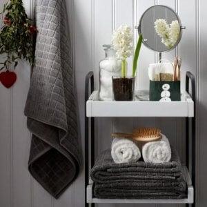 een opgeruimde badkamer met een trolley