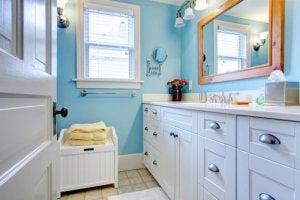 een opgeruimde badkamer door alles te organiseren naar gebruiksfrequentie