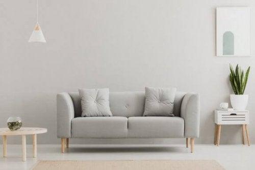 Neutrale en zilveren tonen om je muren te decoreren