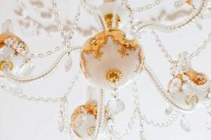 Een kroonluchter met wit en goud versierd