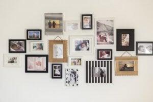 Familiefoto's aan de muur in verschillende lijstjes