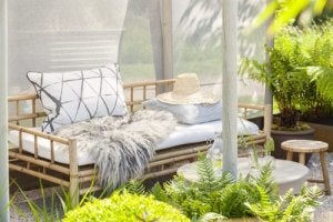Maak je eigen loungeruimte met bijvoorbeeld een bamboebankje