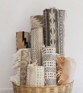 mand met tapijten