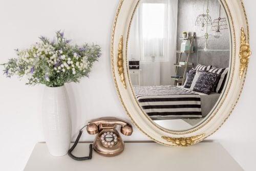 Klassieke spiegellijst met reflectie van slaapkamer