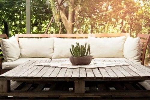 Decoreer je terras met pallets met onze tips
