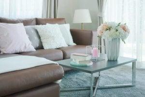 Plaats kussens op je sofa