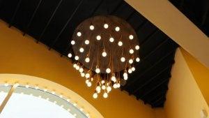 Ronde gouden lamp bezaaid met gloeilampen