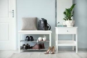 Een laag bankje met planken als schoenenrek