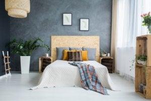 Een slaapkamer met witte wanden en grijstinten