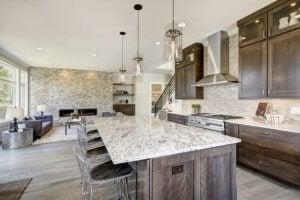Het toevoegen van extra kunstmatige verlichting aan hoge plafonds geeft een sterker gevoel van warmte en comfort