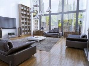 Het toevoegen van tapijten kan hoge plafonds visueel lager laten lijken