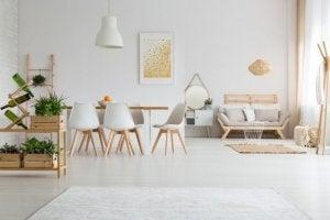 Minimalistische woonkamer met witte meubels