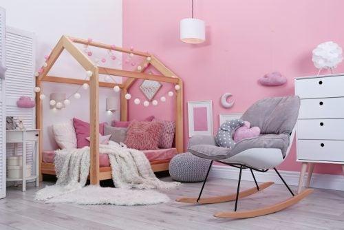 Monochrome babykamer in het roze