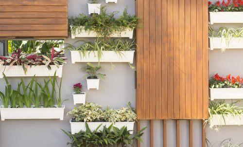 Kunstbloemen buiten in de vorm van een verticale muur