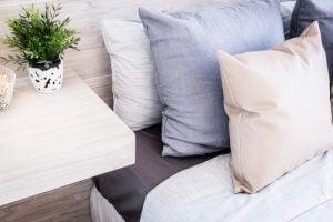 Gebruik een neutrale maar gezellige decoratie in de gastenkamer