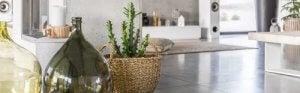 Gebruik planten of mandflessen om je hal te decoreren