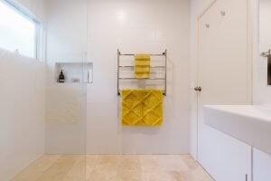 Een metalen rek in de badkamer als handdoekhouders