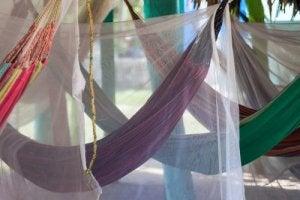 Gebruik kleur op je patio door middel van muskietennetten