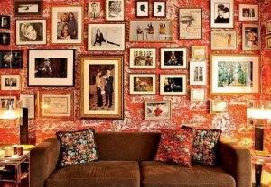 Een overvolle muur is niet de bedoeling bij het inrichten van een kamer