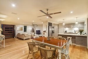 Een plafondventilator in een open keuken