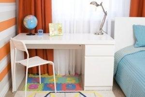 Een bureau met goede verlichting