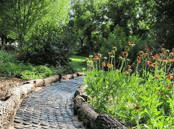 Tuinpaden van wijnflessen en boomstammen
