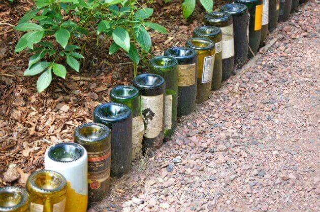 Wijnflessen als markering voor je tuinpad