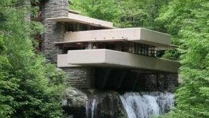 Fallingwater met hangende balkons boven het water