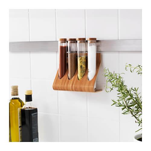 Je kunt opruimartikelen aan de muur hangen in je keuken
