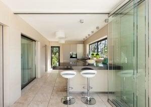 Glazen afsluitingen in de woonkamer