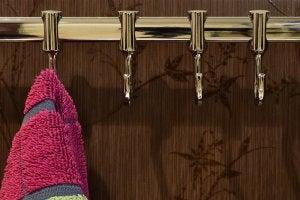 Koperen haakjes voor je handdoeken in de badkamer