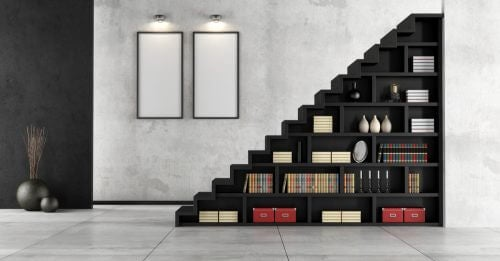 Boekenkast onder de trap om al je ruimte te benutten