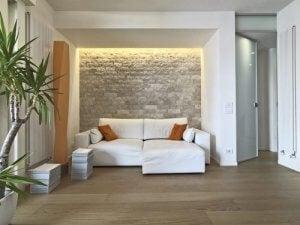 stenen muur in de woonkamer in grijstinten