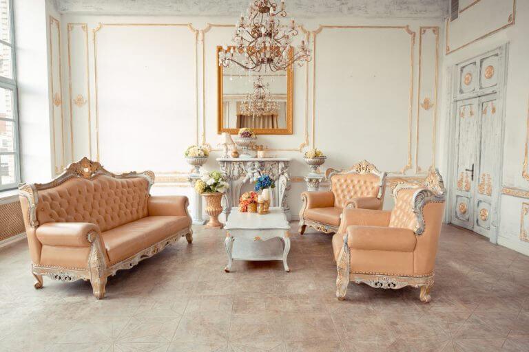 Zalmkleurige woonkamer met kroonluchter