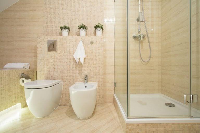 Een badkamer met toilet en bidet