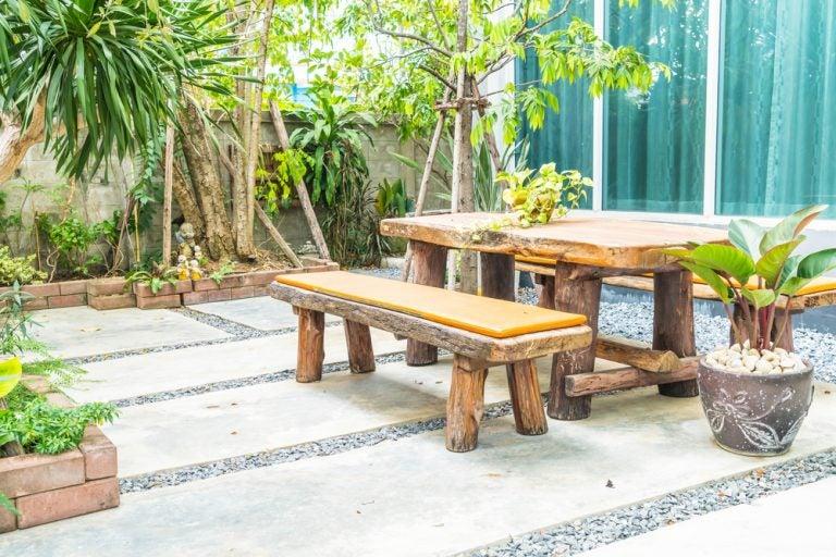 Een houten bank en tafel op je terras