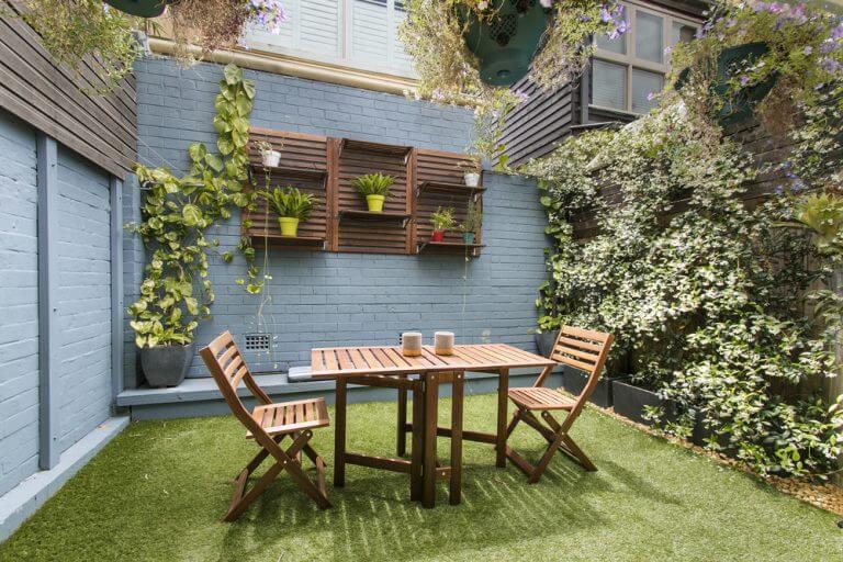Een kleine patio met gras