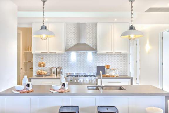 Een keuken in wit en grijs