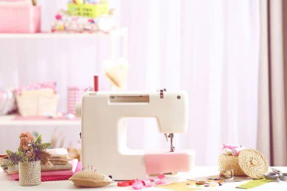 Een roze kamer met witte naaimachine