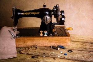 Een naaimachine met naaigerei