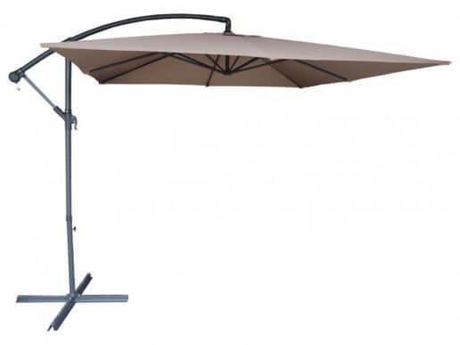 Beige parasol die voor verkoelende schaduw zorgt