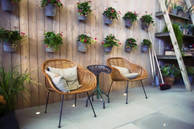 Een patio decoreren met planten aan de muur