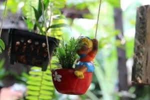 Een schommel met een plant voor je raam geeft een leuk effect