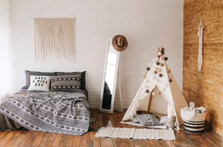 Bruine slaapkamer met een grijs bed