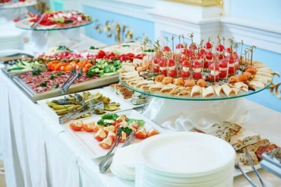 Een buffettafel met wit tafelkleed