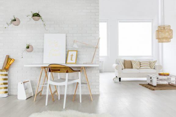 Een witte huiskamer met gele accenten