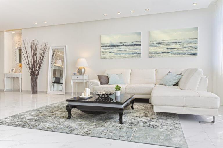 Een volledig wit interieur met grijze accenten