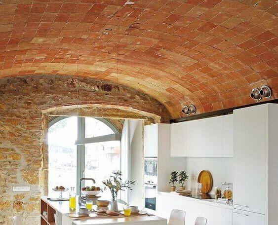 Keuken met een plafond van steen