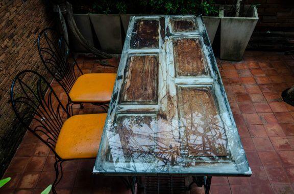 Kleine eettafel met oranje stoelen